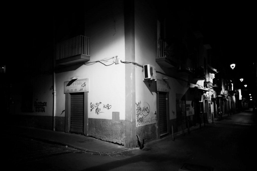 Incrocio Corso Avezzana/II vico Abolitomonte in una Calda Notte di Luglio. Foto di Franz Francesco Sangiovanni Photo
